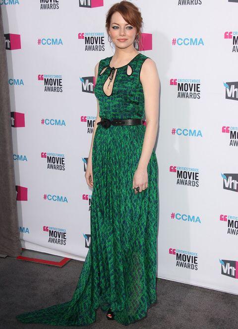<p><strong>Emma Stone</strong>, que esta semana ha paseado su estilo por varias alfombras rojas, volvió a apostar por el verde para su <i>outfit </i>de noche. En esta ocasión la vimos con un vestido largo con originales aberturas en el escote y cinturón negro de <strong>Jason Wu Pre-Fall 2012.</strong> Sandalias negras y un recogido informal completaban su look 10.</p>