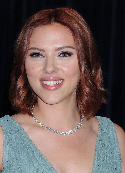 <p><strong>Scarlett Johansson</strong> ha ido del rubio al moreno y ahora el pelirrojo. La actriz está muy sexy con este último look.</p>