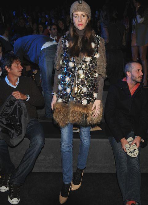 <p><strong>Vega Royo Villanova</strong> acudió a TCN con jeans y un original chaleco de pelo y strass.</p>