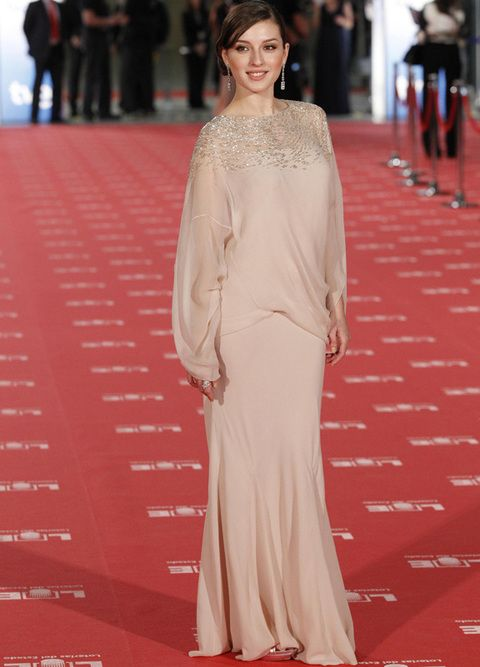 <p>Una de nuestras favoritas fue la actriz <strong>María Valverde</strong> que nos dejó sin palabras con este diseño de<strong> Dior</strong> de estilo vintage en color nude con detalles brocados en oro. Como accesorios, pendientes de lágrima con brillantes y anillo de circonitas.</p>