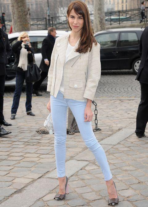 <p><strong>Caroline Sieber</strong>, muy chic con pitillos denim ajustados y chaqueta de piel nude. <strong>Para copiar...</strong> sus zapatos con lazo y tacón rosa.</p>