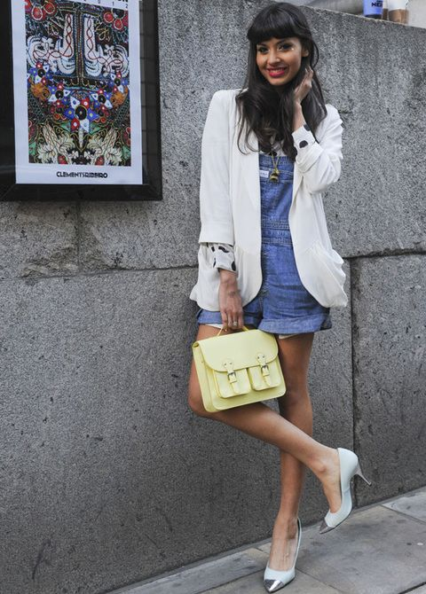 <p>Esta chica combina su mono corto en denim, con blazer blanco, salones de punta metalizada y bolso satchel.</p>