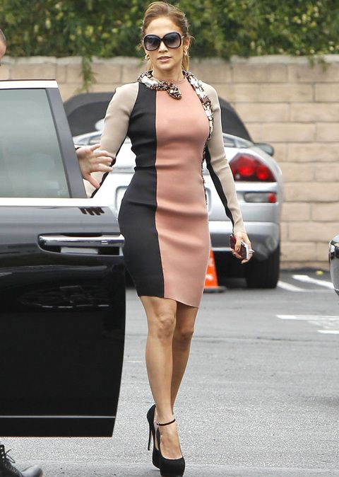 <p><strong>Jennifer Lopez</strong> nos sorprendió con este vestido tricolor en tono nude, maquillaje y negro con serpiente incorporada que rodea el cuello. El vestido es de <strong>Lanvin primarera 2012</strong> pero no nos acaba de convencer.</p>