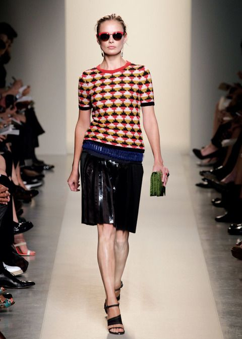 <p><strong>Bottega Veneta</strong> suma el efecto plisado y el metálico en esta preciosa falda negra que combina con una camiseta de estampados g &nbsp;</p>