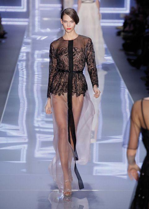 <p>Romántico y sexy, así es este outfit soft de <strong>Dior.</strong> La falda totalmente transparente acompaña y acaricia la piel de la persona que tenga el placer de llevarla. Enamoradas de los bordados y el detalle de la pieza superior. </p>