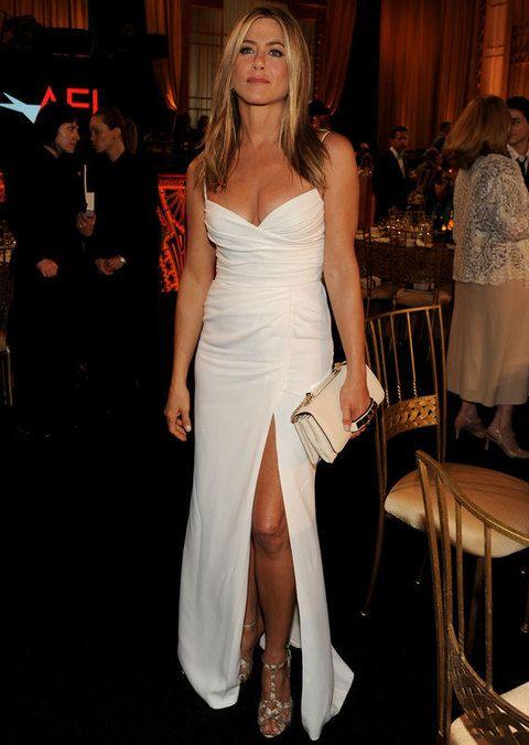 <p> No sabemos si es por las ganas que tenemos de verla vestida de novia otra vez pero nos parece que la ex de Brad Pitt esta radiante con este vestido largo en blanco de <strong>Burberry</strong>.<br /><strong>Nota: 9</strong></p>
