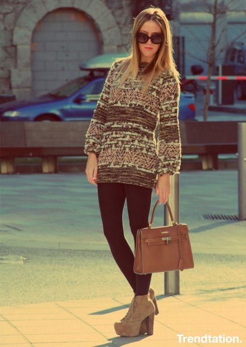 <p>Este jersey de Zara ha sido todo un must entre las fashionistas esta temporada… Vicky lo combina con unos sencillos leggings, unos Lita de Jeffrey Campbell a juego con los colores del jersey y un precioso bolso de El Potro.</p>