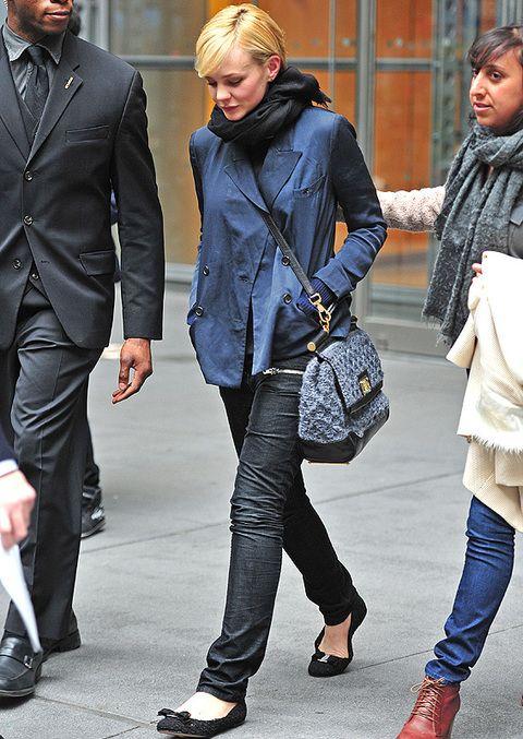 <p>Nos encanta el estilo <i>chic y casual</i> de <strong>Carey Mulligan</strong>. En este caso nos hemos fijado en su look de<i> street style</i> de jeans, bandolera azul a juego con su chaqueta y bailarinas negras. <strong>El detalle deluxe... </strong>su bolso Dolce & Gabbana Miss Sicily. </p>