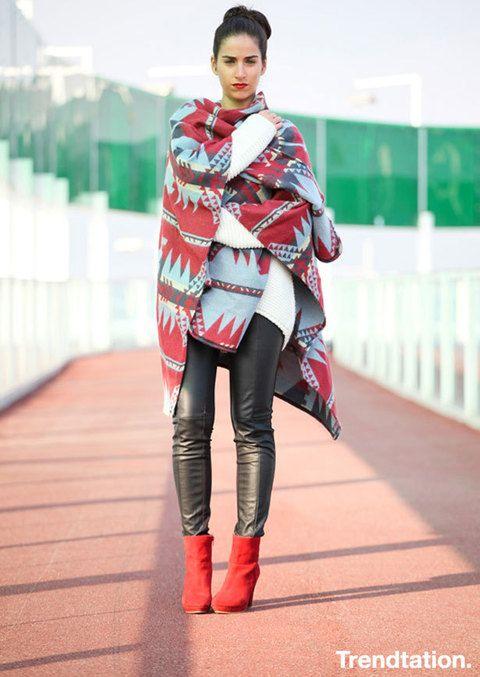 <p>Dale un toque de color a los días fríos con unos botines de un color llamativo, como estos de Montse. <strong>El poncho nos encanta y sin duda es una de las prendas estrella</strong> esta temporada, además de combinar a la perfección con el resto del look. ¡De 10!</p>