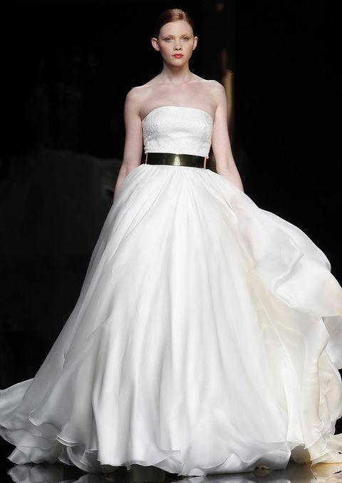 <p>Sofisticado para novias que quieren algo diferente, este modelo de <strong>Rosa Clará</strong> lleva cinturón dorado.</p>