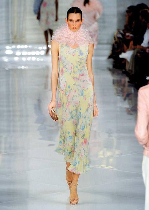 <p>Rosas azules y de pitiminí decoran este vestido etéreo de <strong>Ralph Lauren.</strong> Nos fijamos en el cuello rosa palo que le aporta un toque aún más romántico. </p>