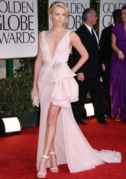 <p>En la pasada ceremonia de los Globos de Oro, <strong>Charlize Theron</strong> se convirtió en una de las mejor vestidas con este <strong>Dior Couture</strong> color rosa maquillaje con falda asimétrica con detalle joya en el cinturón.</p>