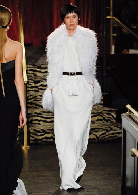 <p>Las plumas son el complemento ideal de este vestido maxi largo de <strong>Bill Blass</strong></p>