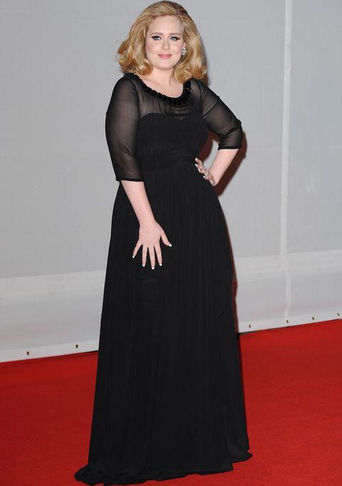 <p>La cantante <strong>Adele</strong> sigue recibiendo premios gracias a su álbum '21'. Nos gustó su vestido de fiesta negro largo de <strong>Burberry</strong> con escote y mangas transparentes. Joyas <strong>Beers </strong>y su habitual peinado volumen completaban su estilismo de alfombra roja.</p>