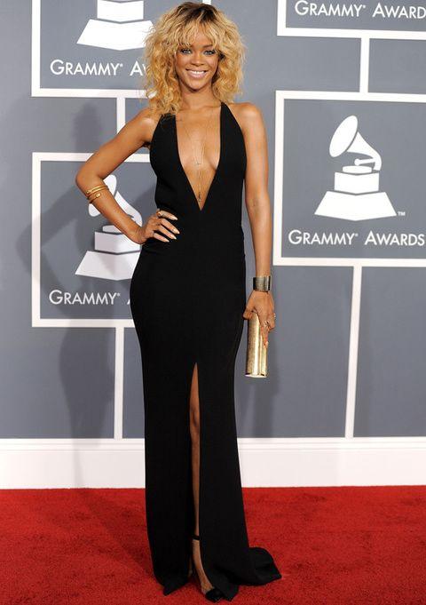 <p>Si <strong>Rihanna</strong> quería dejarnos con la boca abierta, lo consiguió. Tremendamente sexy con un <strong>Giorgio Armani</strong> negro con espectacular escote en V, abertura central y espalda al aire. Como complementos sencillas joyas en dorado a juegocon subaguette.</p>