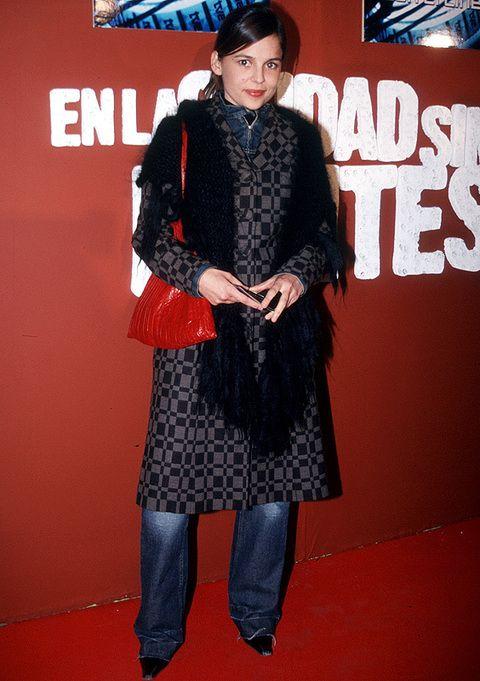 <p>Con este look casi ni la reconocemos: vaqueros, abrigo, chal negro, bolso rojo y zapatos de punta algo desgastados. Como ha mejorado con el tiempo.</p>