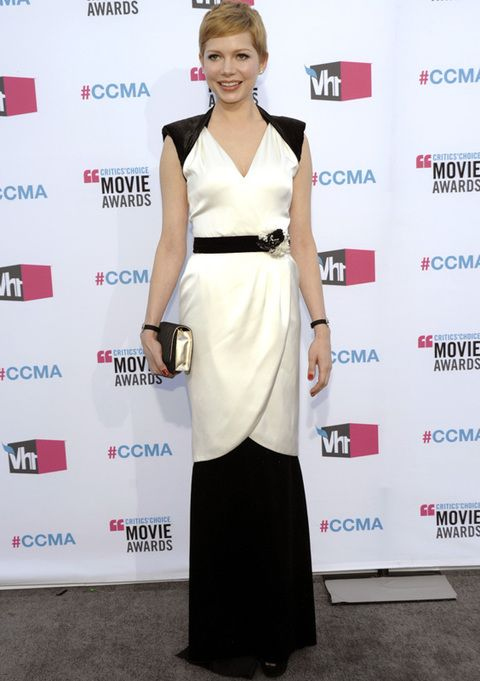 <p>Todo un acierto el look <i>black&white</i> de <strong>Michelle Williams</strong>, que escogió este vestido clásico con cinturón joya de <strong>Chanel Resort 2012</strong> y <i>clutch </i>de la Maison para los premios de la crítica. La estilosa actriz consiguió ser una de las más elegantes de la noche.</p>