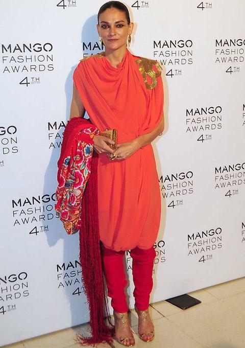 <p>La invitada más original no podía ser otra que <strong>Laura Ponte</strong> con un look estilo hindú en tonos salmón y rosa fucsia al que añádió un mantón de Manila.</p>