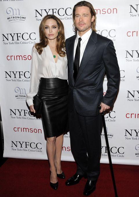 <p>Brad Pitt y Angelina Jolie llegaron a la gala muy conjuntandos en blanco y negro. Él tenía que ayudarse de un bastón para caminar por una lesión en la rodilla que se hizo mientras esquiaba con sus hijos.</p>