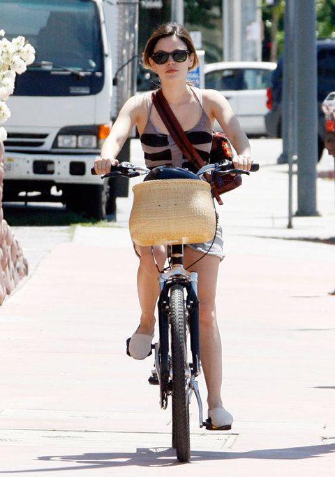 <p>¡Las bicicletas son para el verano! Haz como <strong>Rachel Bilson</strong> y utiliza este medio de transporte ecológico y sano en tus desplazamientos. Estudia el recorrido del carril bici de tu ciudad y ahorra en combustible mientras haces ejercicio. Y para ir ligera, elige un modelo plegable, los encontrarás en <strong>Decathlon</strong> a buen precio.</p>