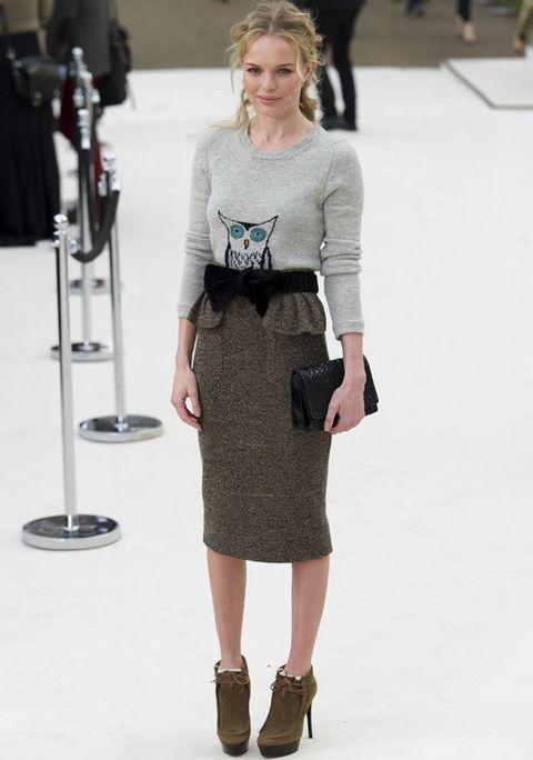 <p><strong>Kate Bosworth</strong> 100% trendy con falda lápiz, jersey de búho, cinturón lazo negro y originales botines en el desfile de <strong>Burberry.</strong></p>
