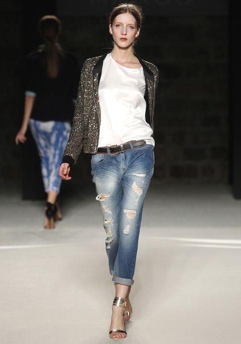 <p>Nos encantan los contrastes, como éste de boyfriend jeans, camiseta y chaqueta joya.</p>