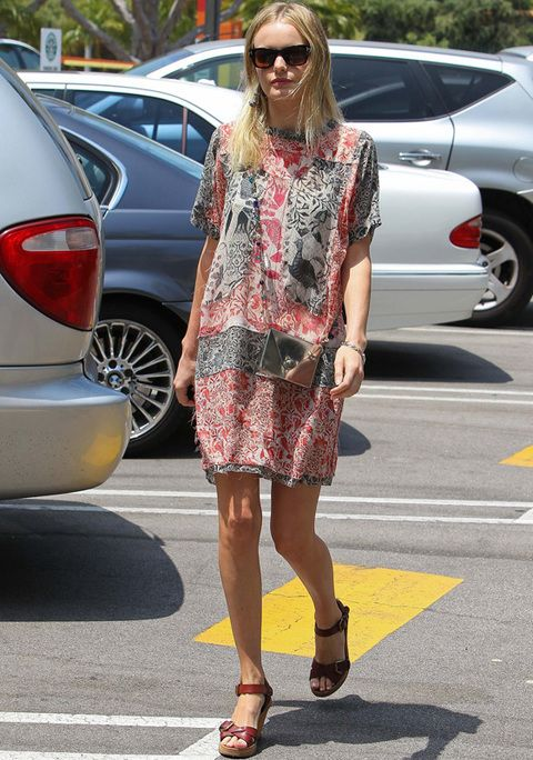 <p><strong>Kate Bosworth</strong> es el vivo ejemplo de cómo conseguir un buen resultado sin aparentemente mucho esfuerzo. Fichamos su vestido veraniego con estampado rojo y negro, minibandolera en plata y sandalias con cuña marrones.</p>