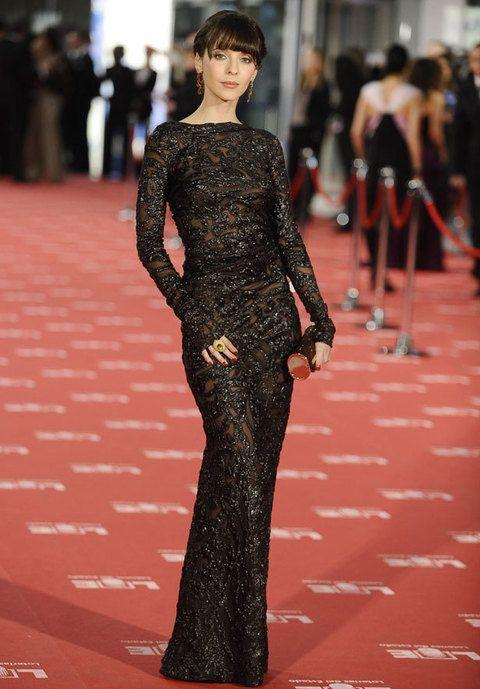 <p><strong>Leticia Dolera</strong>&nbsp&#x3B;se encuentra entre las mejor vestidas por pisar la alfombra roja con este sofisticado ajustado vestio semitransparente de encaje de<strong> Cortana.&nbsp&#x3B;NOTA: 8&nbsp&#x3B;</strong></p>