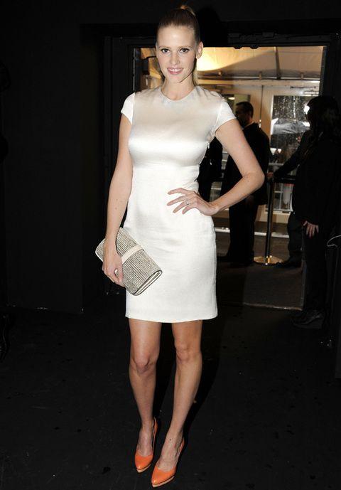 <p>La modelo <strong>Lara Stone</strong> también se dejo ver por el desfile de <strong>Calvin Klein</strong>, con un ajustado vestido de manga corta muy minimal en marfil con zapatos de plataforma en naranja flúor y cartera de piel.</p>