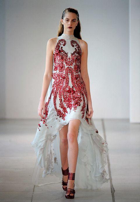 <p><strong>Alexander Mcqueen</strong> viste a sus modelos de gala con espectaculares bordados y brocados como el de la foto. El vestido, de aire romántico, cerrado en el cuello, largo desigual y cola de volantes, parece creado para hacer de cualquier mujer la protagonista de la fiesta. El detalle de los labios rojos intensos y las sandalias de plataforma metalizaads son el complemento perfecto.</p>