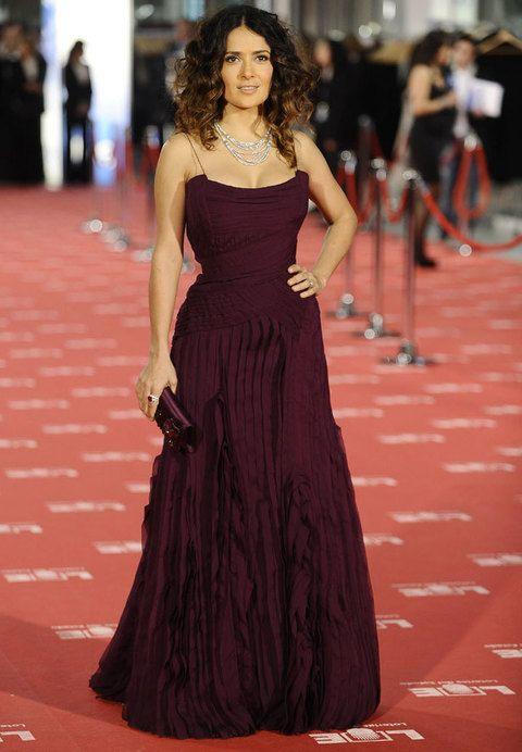 <p>La actriz mexicana<strong> Salma Hayek</strong> nominada a un Premio Goya escogió un diseño morado de<strong> Gucci </strong>con amplio escote, cuerpo de corsé y falda con detalles de volantes. El clutch también morado y joyas de oro blanco.</p>