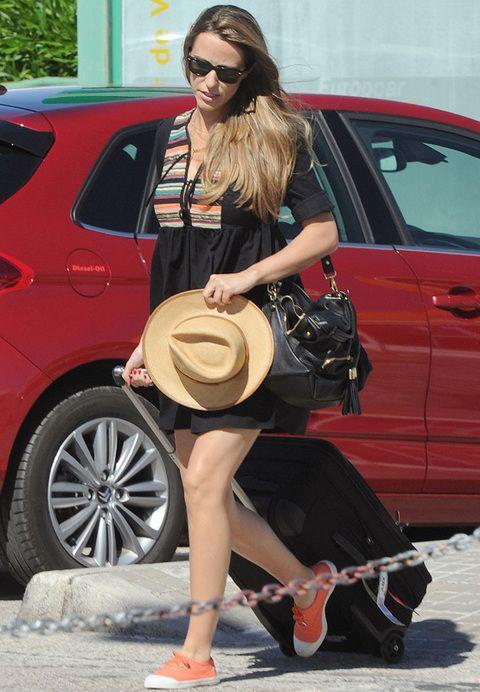 <p>Nos gusta su estilo también por el día con vestido negro con estampado étnico, borsalino y deportivas naranjas.</p>
