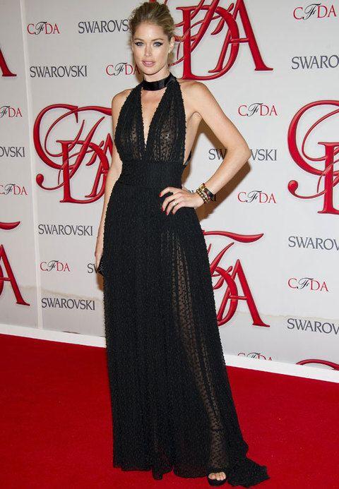 <p><strong>Doutzen Kroes</strong> eligió un total black look con un vestido de corte imperio con transparencias de <strong>Sophie Theallet</strong>. Perfecto su recogido semidespeinado y los ojos bien definidos.</p>