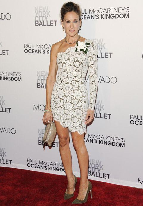 <p>Los <i>little lace dress</i> no se la resisten. Sarah luce este asimétrico en blanco de <strong>Stella McCartney</strong> con salones de raso verdes y bolsito nude.</p>