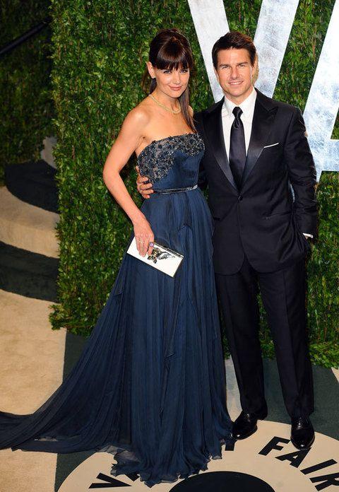 <p><strong>Katie Holmes y Tom Cruise</strong> se dejaron ver en una de las fiestas de la noche. Katie eligió un vestido <i>strapless </i>azul marino de Elie Saab.</p>