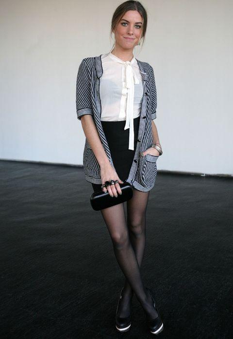 <p>Esta chica hace una apuesta firme y decidida por el glamour: con shorts de cintura alta, camisa blanca romántica con lazo al cuello y rebeca de punto a rayas. Nos encantan sus zapatos bicolor, su clutch negro y los maxianillos.</p>