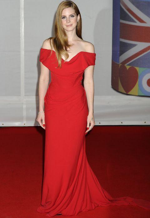 <p>En los Brit Awards la vimos con un look muy elegante en rojo con un diseño de <strong>Vivienne Westwood</strong> con caída y original escote.</p>