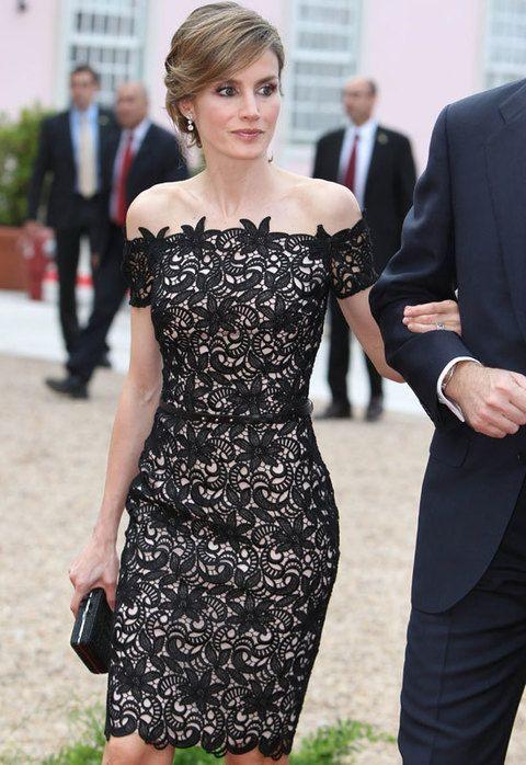 <p>Detalle del vestido con adornos florales en el escote. </p>
