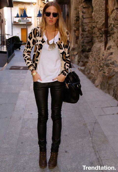 <p>Una propuesta sencilla pero efectiva, ¡nos encanta! Combina tu pantalón de cuero con un bonito cárdigan con <strong>estampado de leopardo y dale el personalidad con un bonito collar,</strong> vistoso pero sencillo, como Vicky.</p>