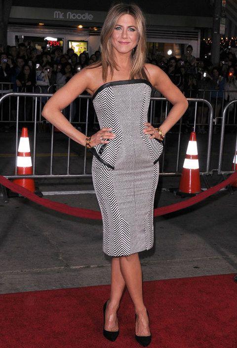 <p> Jennifer se apunta a la tendencia de los vestidos peplum con un original modelo de espiga en blanco y negro con detalles de piel firmado por <strong>Tom Ford</strong>. <br /><strong>Nota: 9,5</strong></p>