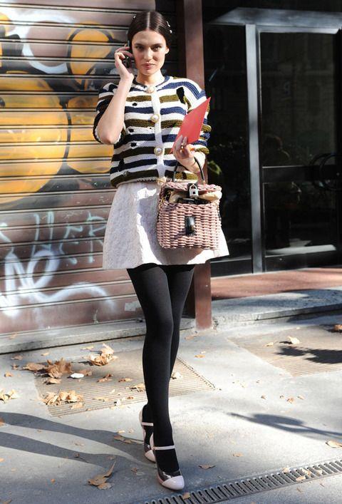 <p>Dulce combinación de estampados pasteles muy vintage con curiosos botones-perla. Los salones rosa pálido y negro nos llaman la atención pero, su pequeño bolso de mimbre con un fantástico cierre con candado nos ha enamorado.</p>