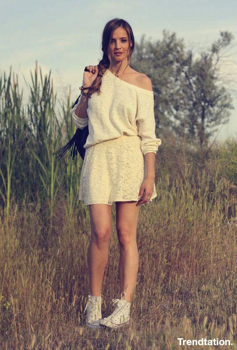 <p>Silvia se decanta por un look con toque sport en color crudo. Los componentes; una mini falda y suéter de algodón combinados con unas zapatillas blancas de caña alta. Nos ecanta el dettalle del hombro descubierto y la trenza lateral sobre la espalda contraria. Un look juvenil y cómodo para el verano que bien se merece buena nota.</p>