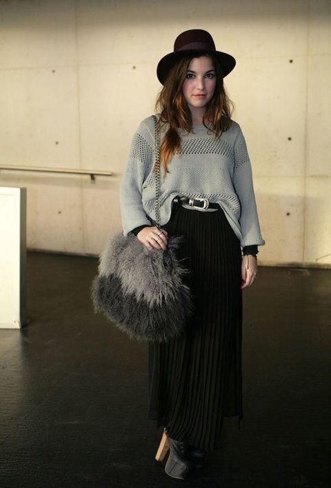 <p>Nos encanta el look de esta chica, de plena tendencia con la falda larga plisada y el sombrero de fieltro.</p>