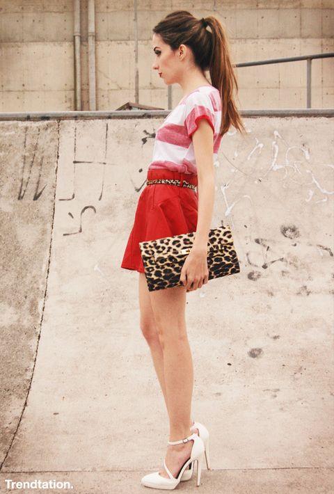 <p>Flavia construye su outfit con un trinomio formado por el blanco, el rojo y el leopardo, que ella decide conjuntar en clutch y cinturón. Una mezcla interesante y un look cómodo que, con zapato plano, puede ser de diario. ¡Toma nota! </p>
