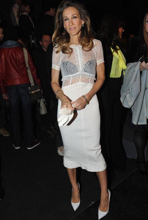 <p><strong>Sarah Jessica Parker</strong>, muy sexy con vestido midi blanco y cuerpo semitransparente con top negro, acudió fiel a su cita con Louis Vuitton. Completó su 'total white' con stilettos y guantes a juego.</p>