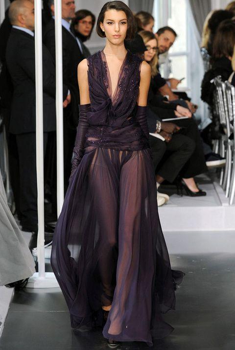 <p>Nos atrevemos a aventurar que Charlize volverá a repetir firma y también volverá a elegir un modelo Couture. Este vaporoso vestido en color berenjena de <strong>Dior Alta Costura Primavera 2012</strong> nos parece una gran elección para ella.</p>