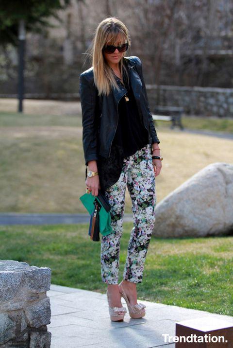 <p>Vicky opta por combinar sus jeans floreados de Zara con el negro del top y la cazadora y el nude de sus increíbles zapatos con tachuelas de Christian Louboutin. El toque final lo aporta un clutch en colores vivos.</p>