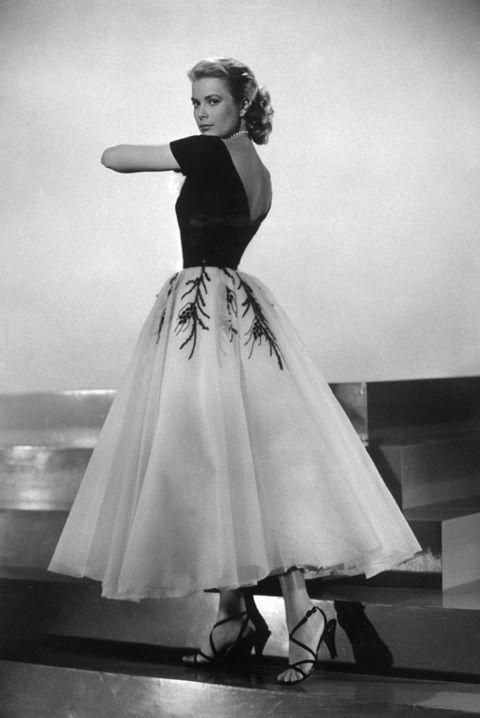 <p>Con uno de los maravillosos y sofisticados&nbsp&#x3B;vestidos de cóctel que lucía en &quot&#x3B;La ventana indiscreta&quot&#x3B;. Su clase y su elegancia innata hacían que los vestidos cobrasen vida propia.</p>