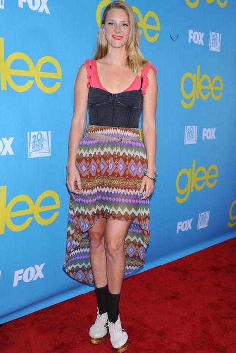 <p><strong>Heather Morris</strong> no acertó con su estilismo con el que acudió al evento 'Glee'. Y es que no hay por dónde coger este vestido de falda con print étnico asimétrica y cuerpo de body en negro y naranja. Los zapatos de tacón blancos con calcetines negros tampoco ayudaban demasiado...</p>