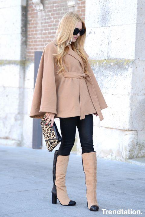 <p>Henar combina a la perfección una capa color camel con jeans de efecto metalizado negro y botas bicolor, y acaba de rematar el conjunto con un clutch con estampado de leopardo. ¡Nos encanta!</p>